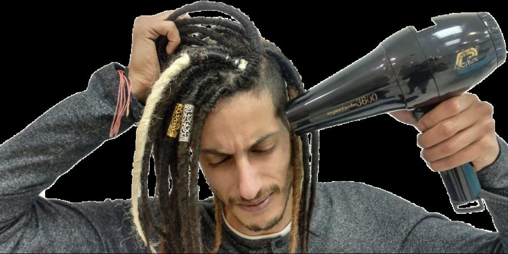 בחור עם ראסטות ומייבש שיער