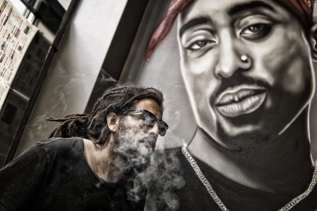בחור עם ראסטות וזקן מעשן
