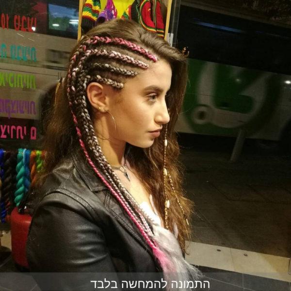 בחורה מביטה הצידה, על הראש 4 צמות בצד בצבעים