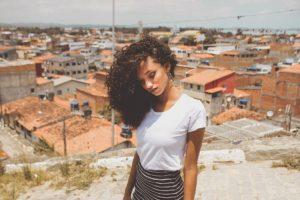 תמונה של בחורה אפריקאית ברקע אורבני