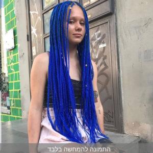 תמונה של בחורה עם צמות פזורות עם תוספות בצבע כחול
