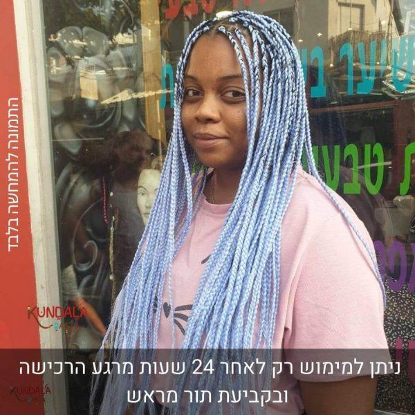 בחורה עם צמות פזורות עם תוספות שיער כחול בהיר