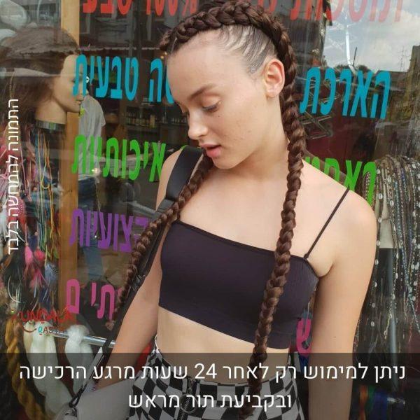 בחורה עם 2 צמות צמודות ארוכות עם תוספות שיער חום