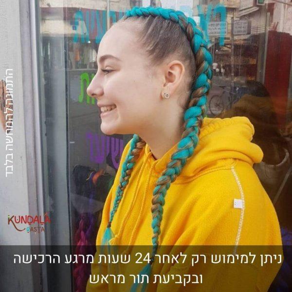 בחורה עם 2 צמות צמודות עם תוספות שיער כחול