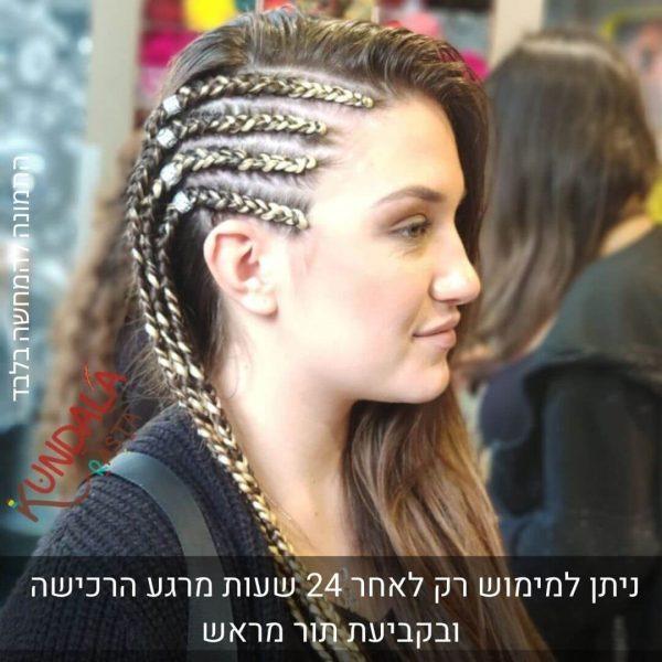 בחורה עם 4 צמות צמודות בצד עם תוספות שיער