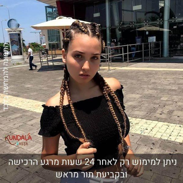 בחורה עם 4 צמות צמודות עם תוספות שיער