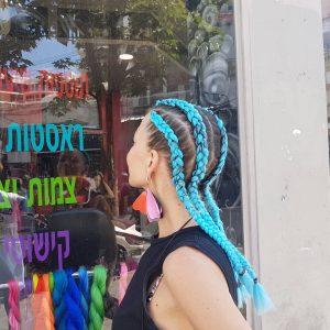 תמונה של בחורה מאחורה עם 4 צמות צמודת בצבע כחול