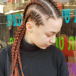 תמונה של בחורה עם 4 צמות צמודת בצבע חום