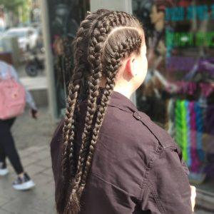 תמונה של בחורה מאחור עם 4 צמות צמודת