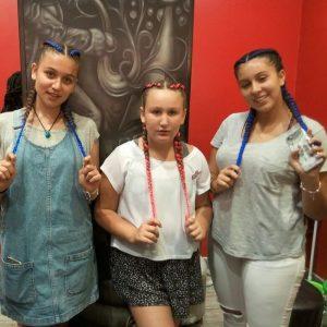 קבוצת בנות עם צמות צמודות