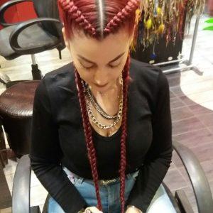 בחורה עם צמות צמודות בצבע אדום