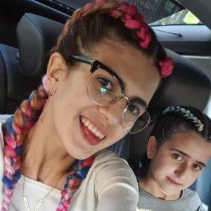 סלפי ברכב של אחיות עם צמות צמודות