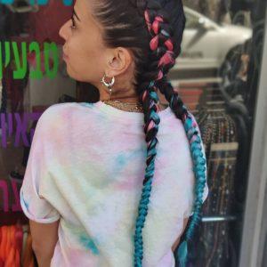 תמונה מאחור של בחורה עם צמות צמודות