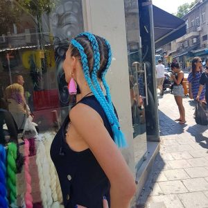 תמונה מאחורה של בחורה עם צמות צמודות בצבע כחול