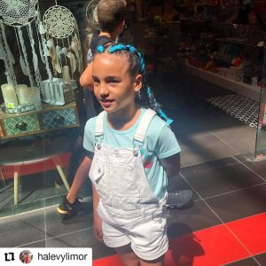 תמונה של ילדה עם צמות צמודות בצבע כחול