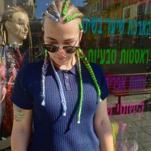 תמונה של בחורה עם צמות צמודות בגוונים של ירוק