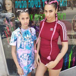 תמונה של אחיות עם צמות צמודות