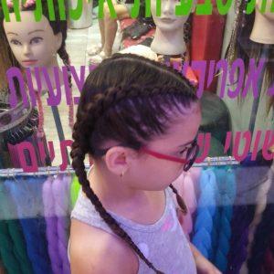 ילדה עם צמות צמודות