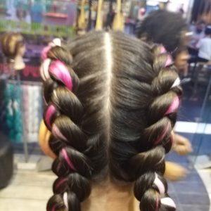 תמונה מאחור של ילדה עם צמות צמודות עם תוספות