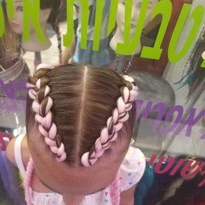 תמונה מלמעלה של ילדה עם צמות צמודות עם תוספות