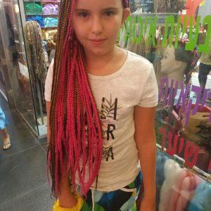 ילדה עם צמות פזורות בצבע אדום