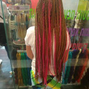 תמונה מאחור של ילדה עם צמות פזורות עם תוספות