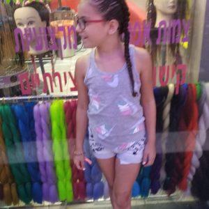 ילדה עם צמות