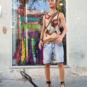 סקייטר עומד ברחוב עם ראסטות מוהק ארוכות
