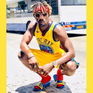 בחור לבוש בגדי כדורסל עם ראסטות מוהק בצבע בלונד