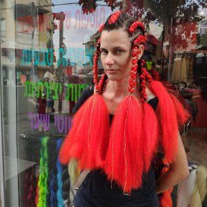 בחורה עם צמות אדומות ארוכות עם תוספות