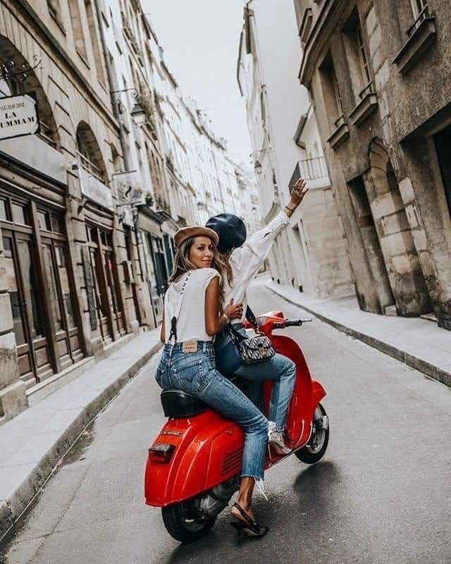 בנות על אופנוע אדום נלקח במקור מפינטרסט
