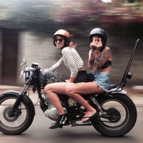 בנות על אופנוע שחור נלקח במקור מפינטרסט